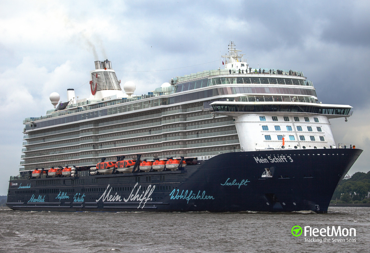 Cruise liner Mein Schiff 3 tore off three bollards in Santa Cruz de La Palma