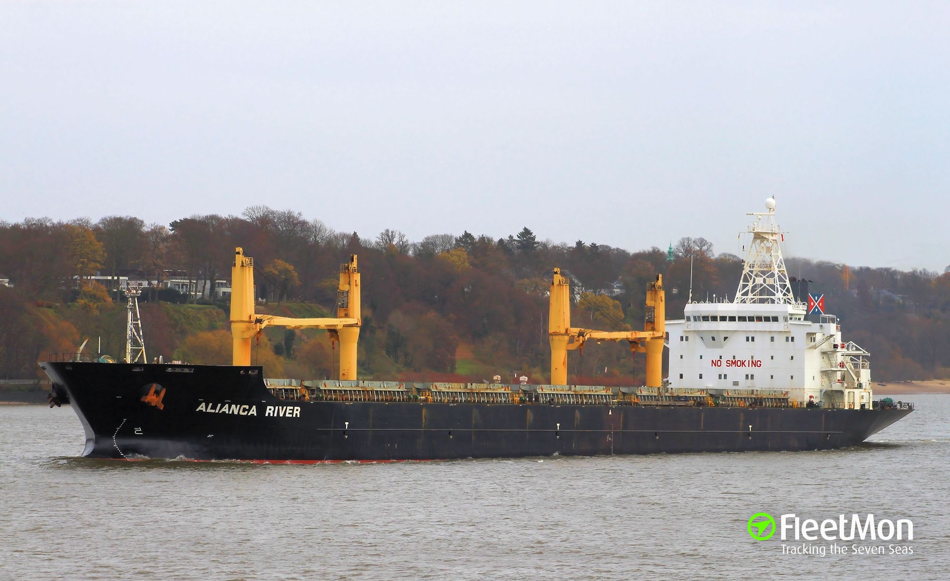 Bulk carrier YANGTZE RIVER towed to safety