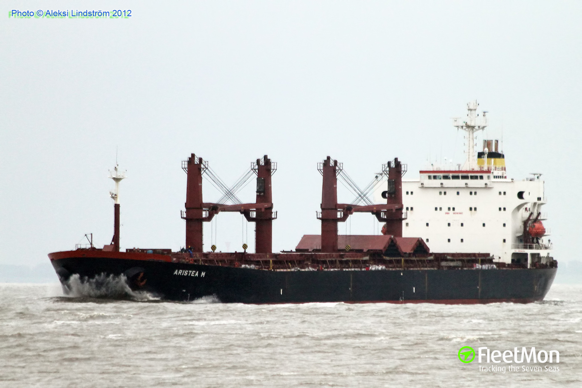 Bulk carrier ARISTIMO hard aground