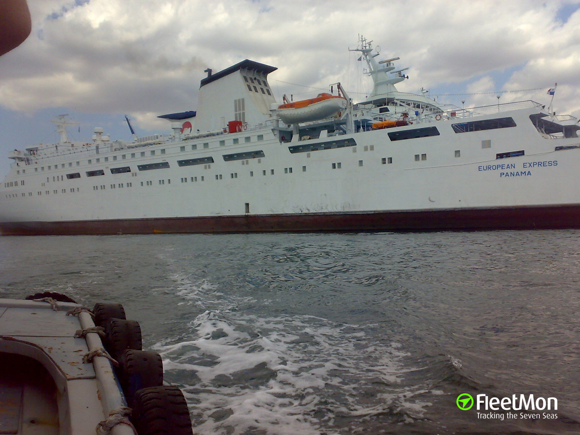 Ferry EUROPEAN EXPRESS hit two nearby ships inflicting damages, Perama