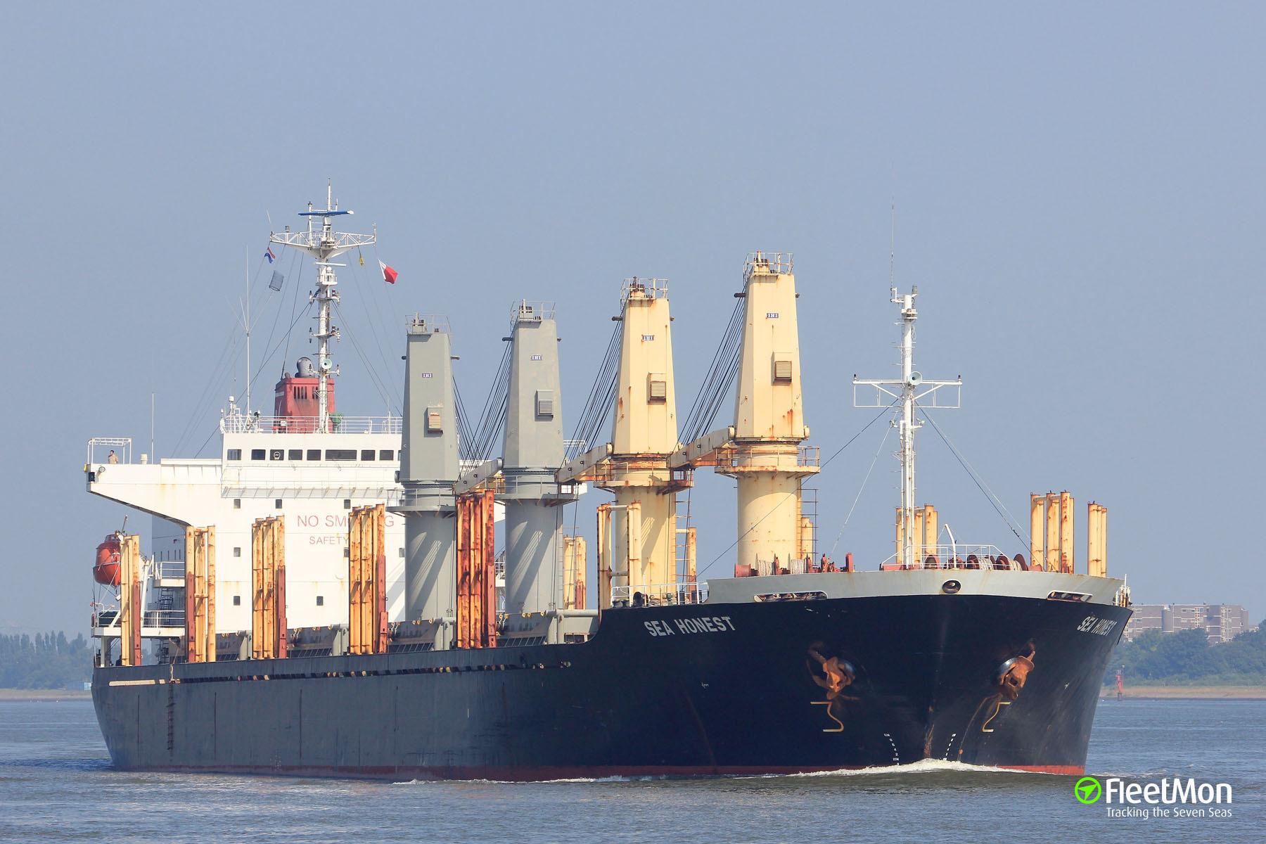 Bulk carrier SEA HONEST stranded in Alger, abandoned by owner