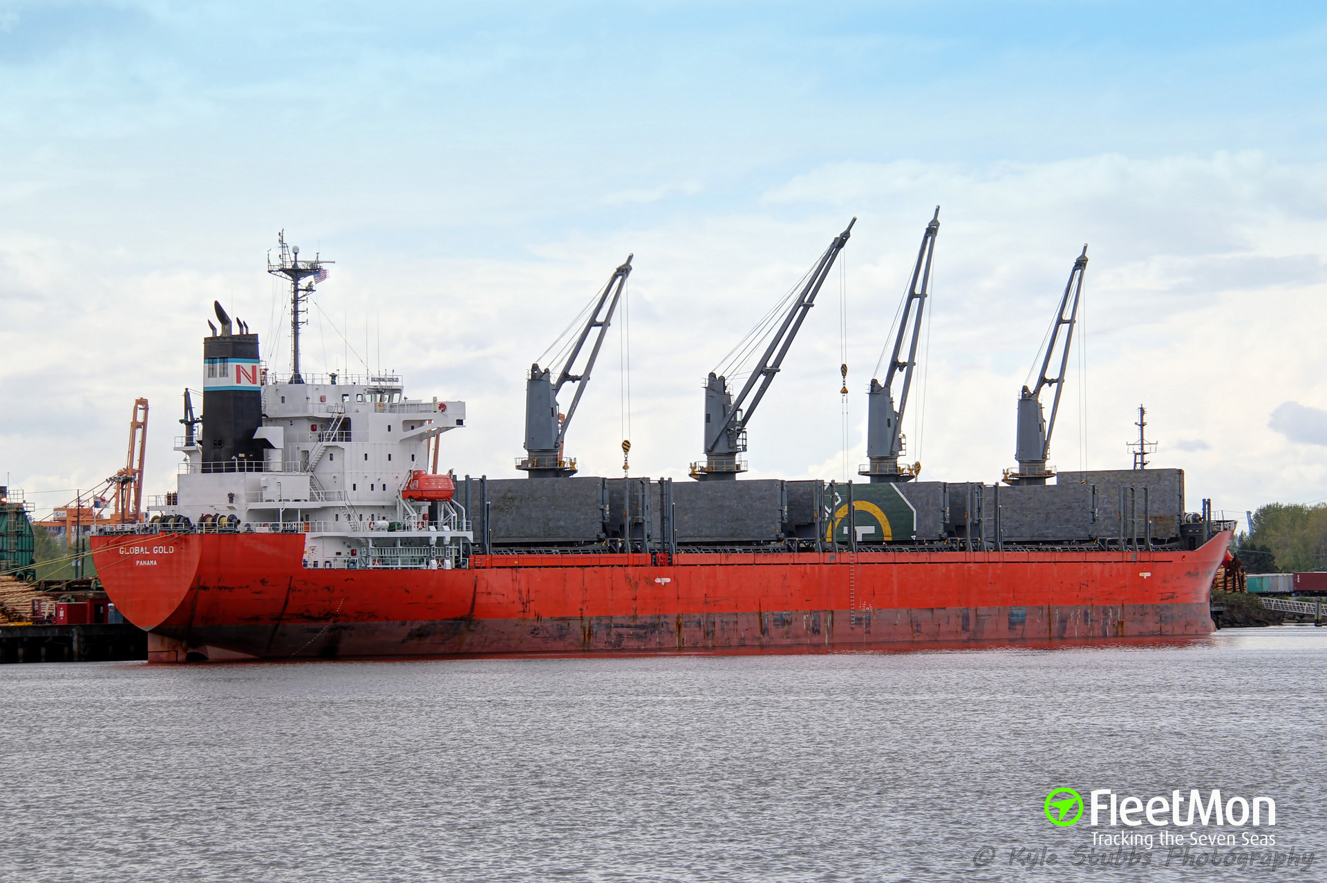 Bulk carrier Global Gold breached hull, oil leak, Oregon