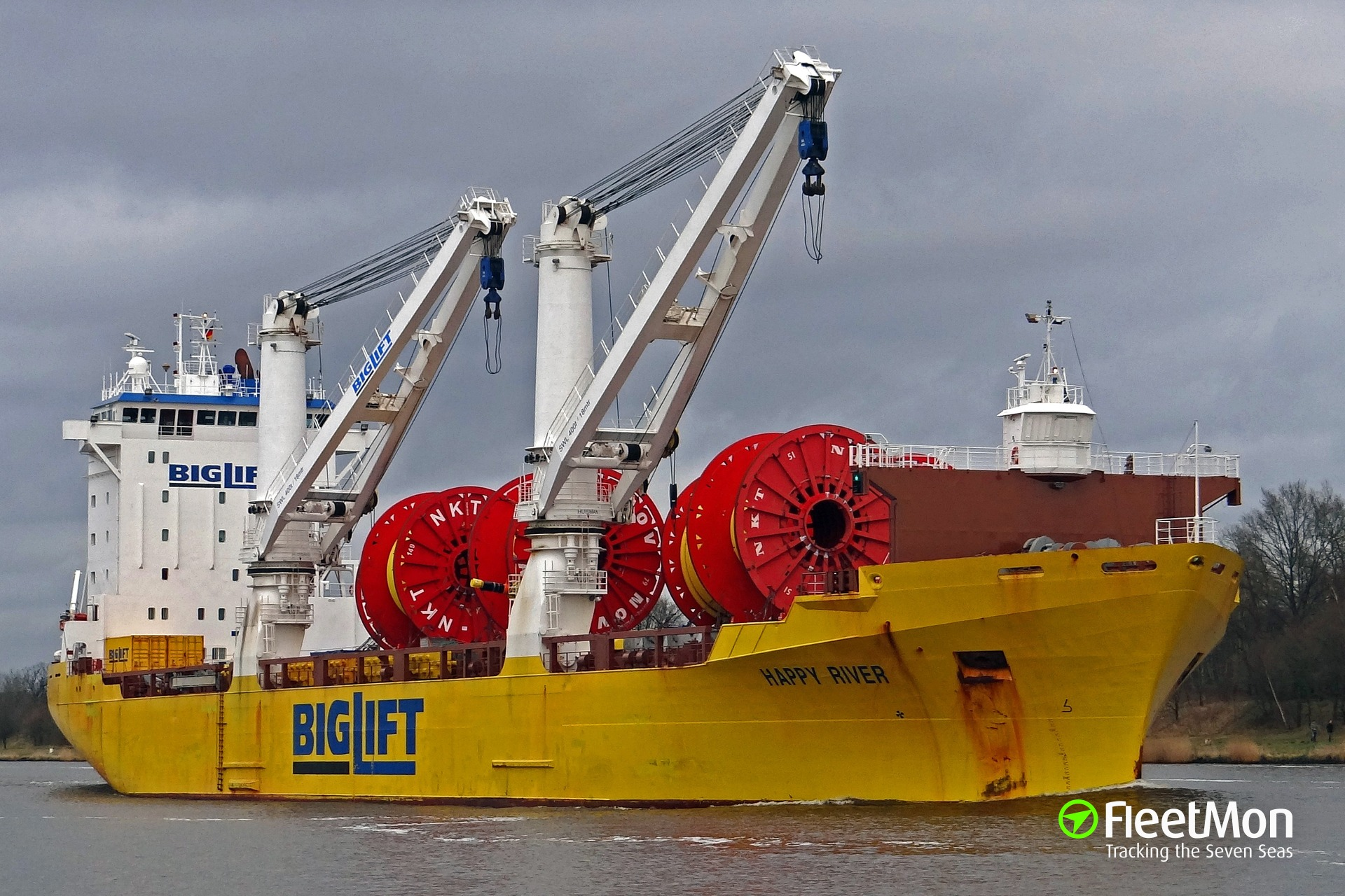 Dutch heavy lift HAPPY RIVER under tow in the Atlantic