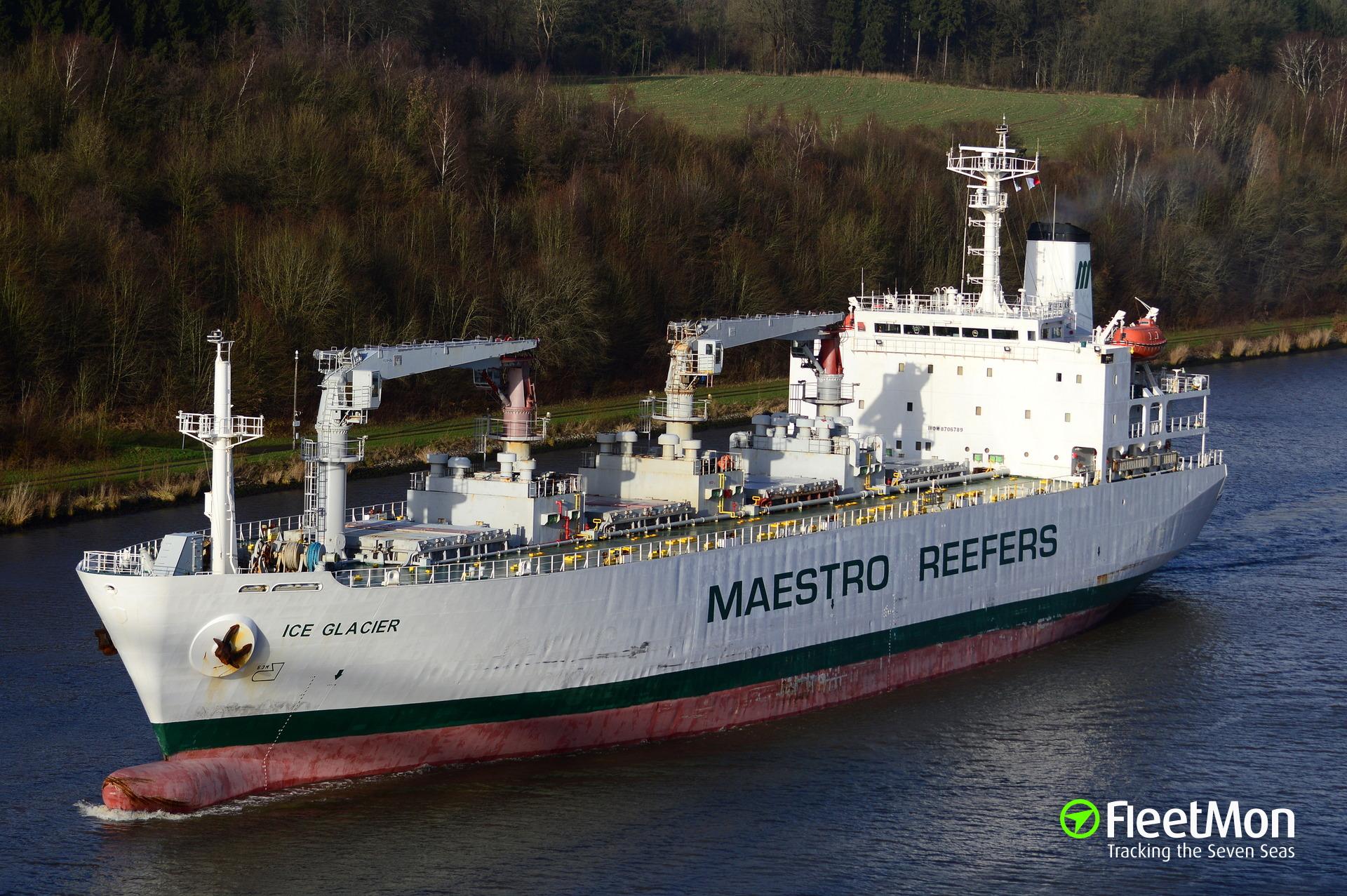 Reefer senior officers detained after oil leak, Piraeus