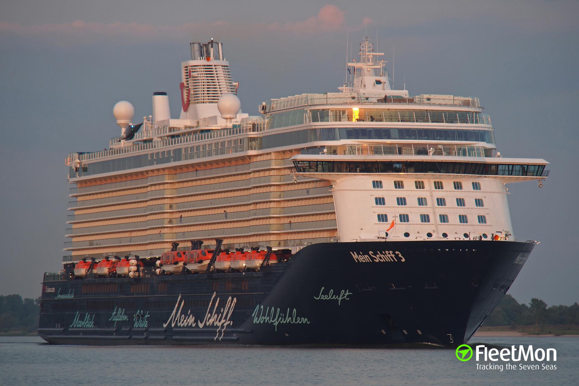 Cruise liner Mein Schiff 3 tore off three bollards in Santa Cruz de La Palma
