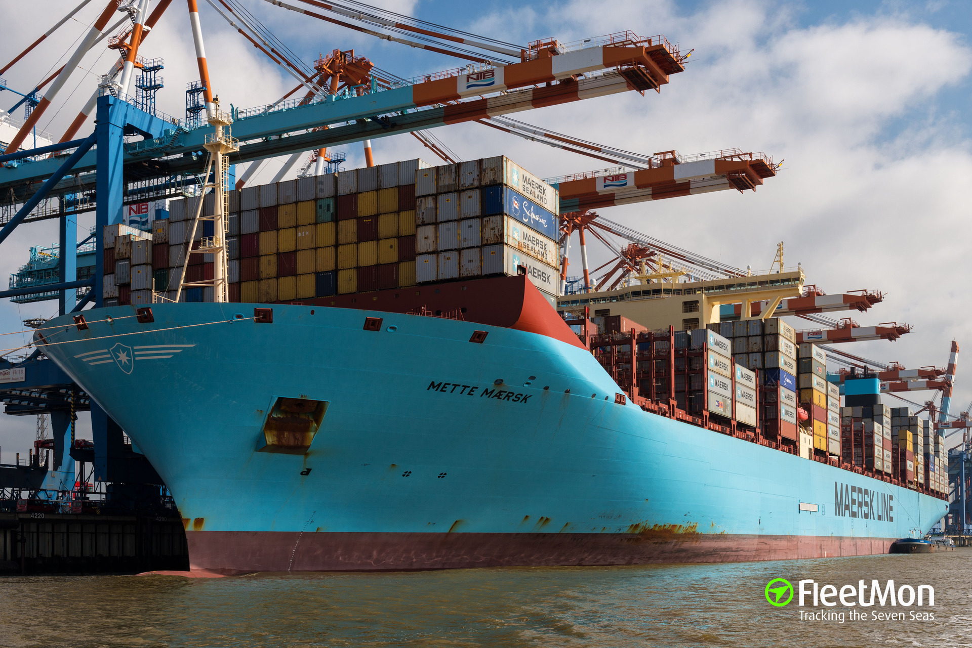 Mega container ship endangered by speed boat on Elbe