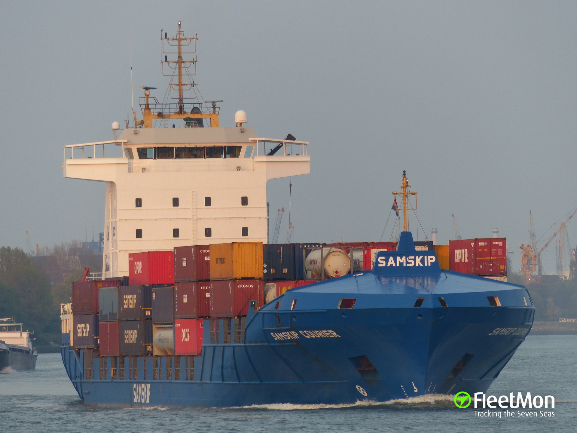 Container ship SAMSKIP COURIER collided with tug in English Canal