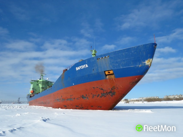 Disabled tanker towed through ice by nuclear icebreakers, Russian Arctic