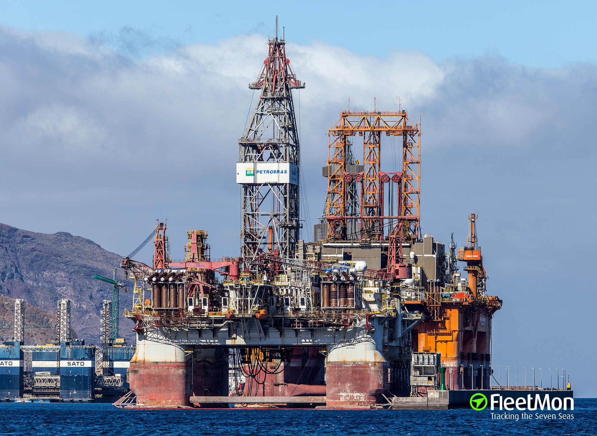 Drilling ship hit, badly damaged German container ship, Canary Islands